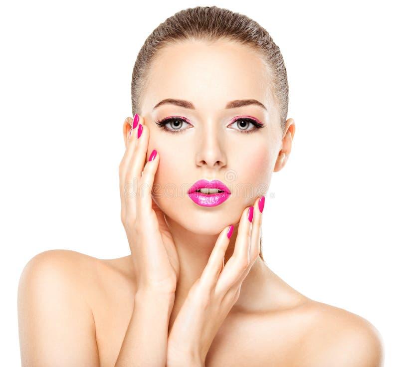 Den nätta framsidan av en härlig flicka med rosa färger synar makeup, kanter och arkivfoton