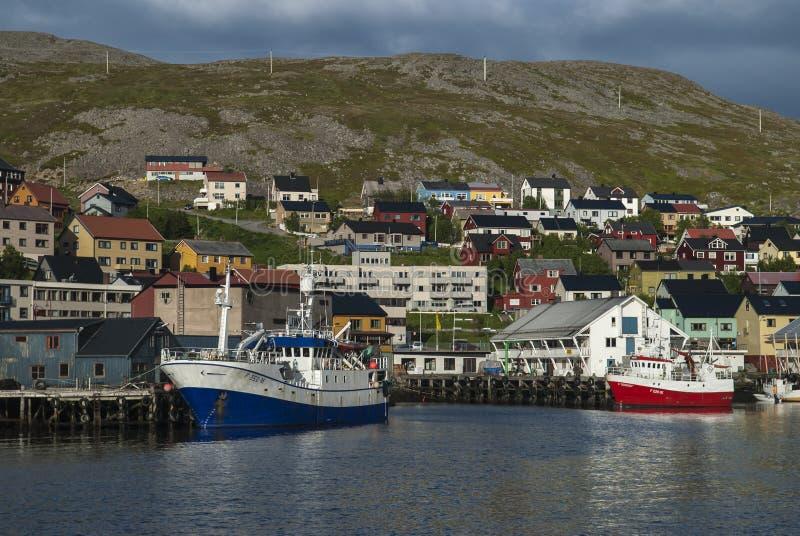 Den nätta hamnen på Honninsvag som tas under de vita nätterna royaltyfri foto