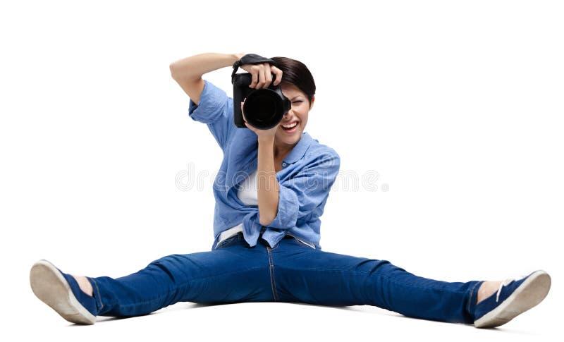 Den nätta kvinna-fotografen tar skott royaltyfri foto