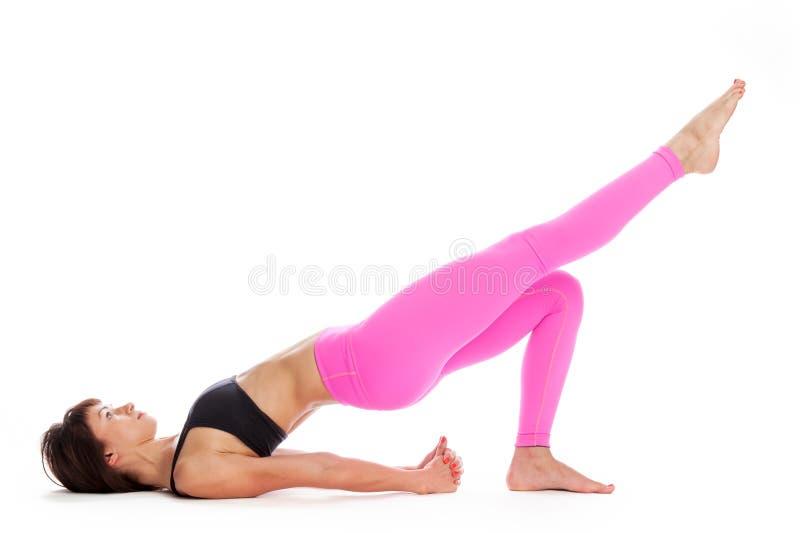 Den nätta kvinnan i yoga poserar - bron poserar position. royaltyfri foto