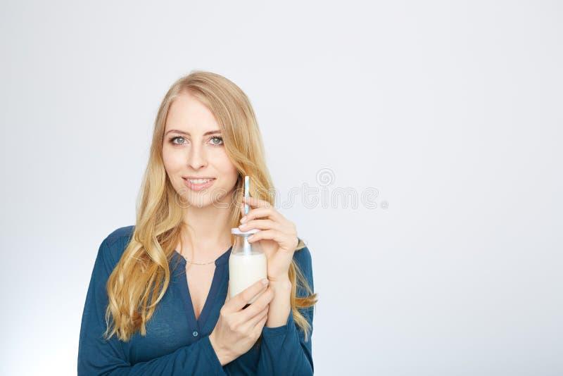 Den nätta kvinnan rymmer exponeringsglas av läckert och royaltyfri bild