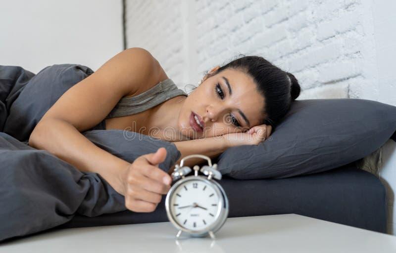 Den nätta latinska kvinnan kan sömn för ` t i sömnlöshetbegrepp royaltyfria bilder