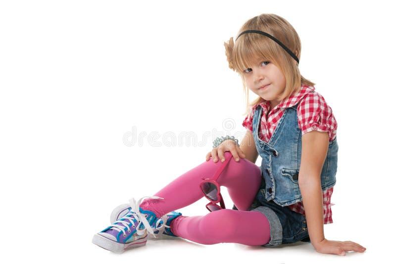 Den nätta lilla flickan tänker arkivfoton