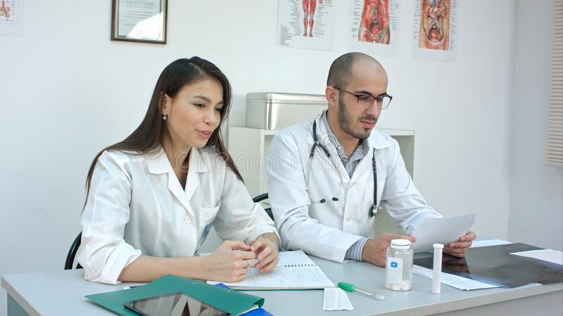 Den nätta sjuksköterskan och mannen manipulerar samtal till patienten arkivfoton