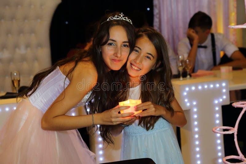 Den nätta tonåriga quinceanerafödelsedagflickan som firar i prinsessaklänningrosa färger, festar, special beröm av den passande k arkivfoto