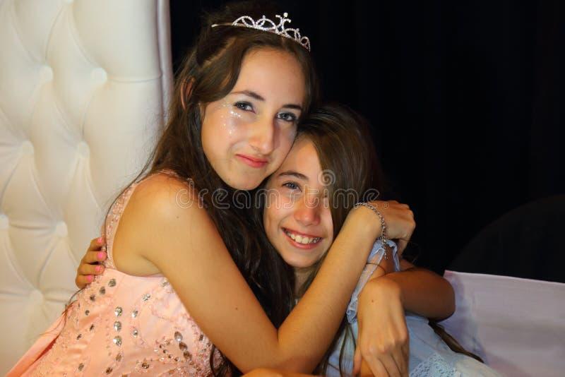 Den nätta tonåriga quinceanerafödelsedagflickan som firar i prinsessaklänningrosa färger, festar, special beröm av den passande k arkivfoton