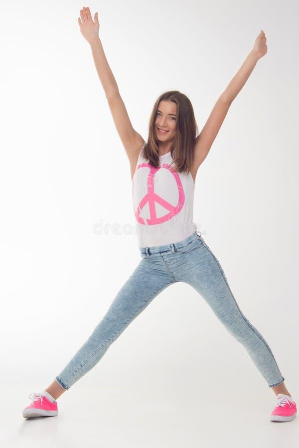 Den nätta tonårs- flickan är lycklig royaltyfri foto