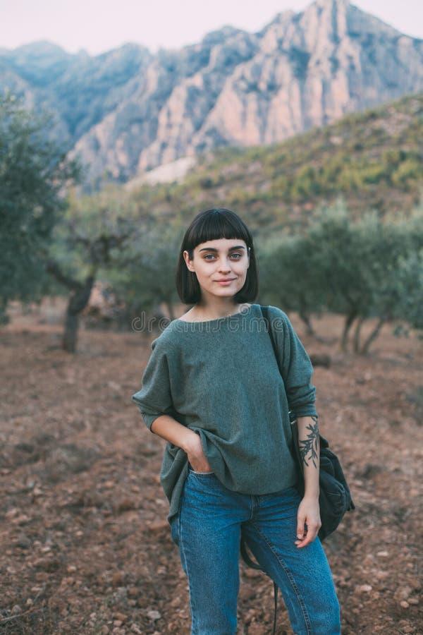 Den nätta unga kvinnan fotvandrar i nationalpark arkivfoton