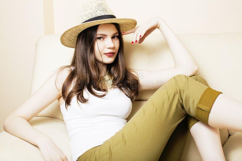 Den nätta unga kvinnan i sommarhatt, danar den moderna folkbegreppshipsteren royaltyfri bild