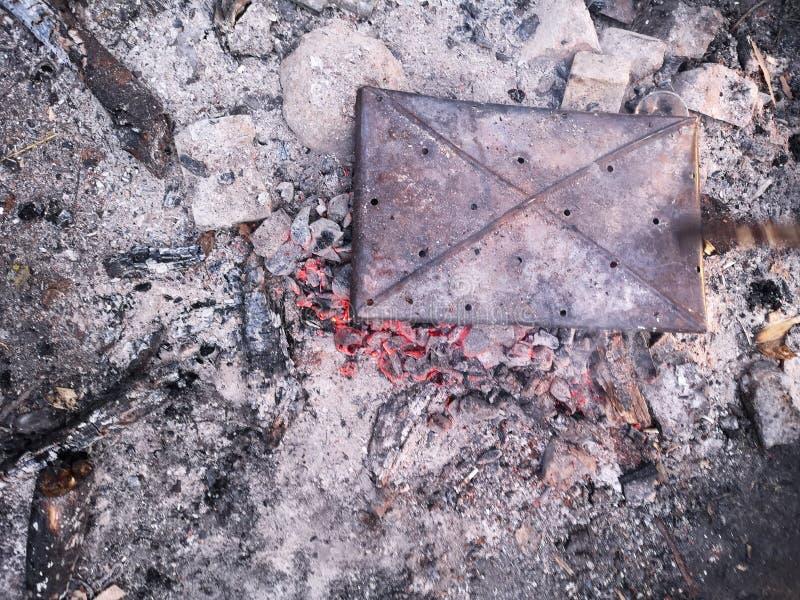 Den n?ra sikten p? ett gl?dande kol och flamman i grillfesten grillar grunt djupf?lt royaltyfria foton