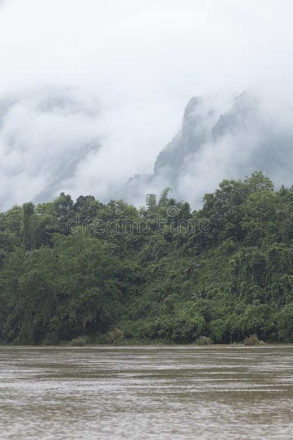 Den Nam Ou floden mellan bergen och ogenomskinligheten i norden arkivfoto