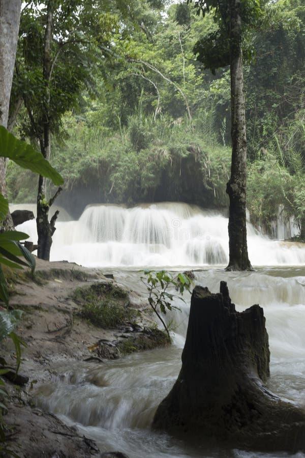 Den Nam Ou floden mellan bergen och ogenomskinligheten i norden arkivbild