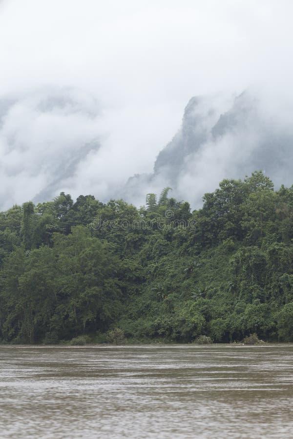 Den Nam Ou floden mellan bergen och ogenomskinligheten i norden royaltyfria foton