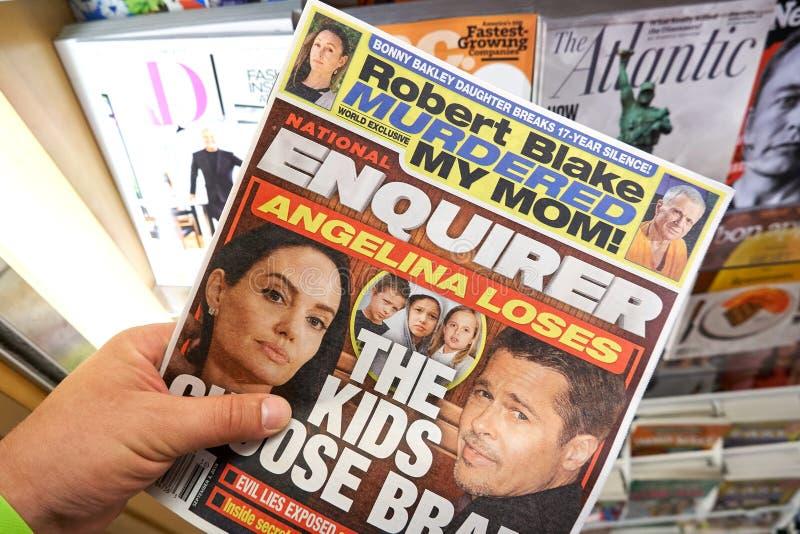 Den National Enquirer tidningen i en hand arkivfoto