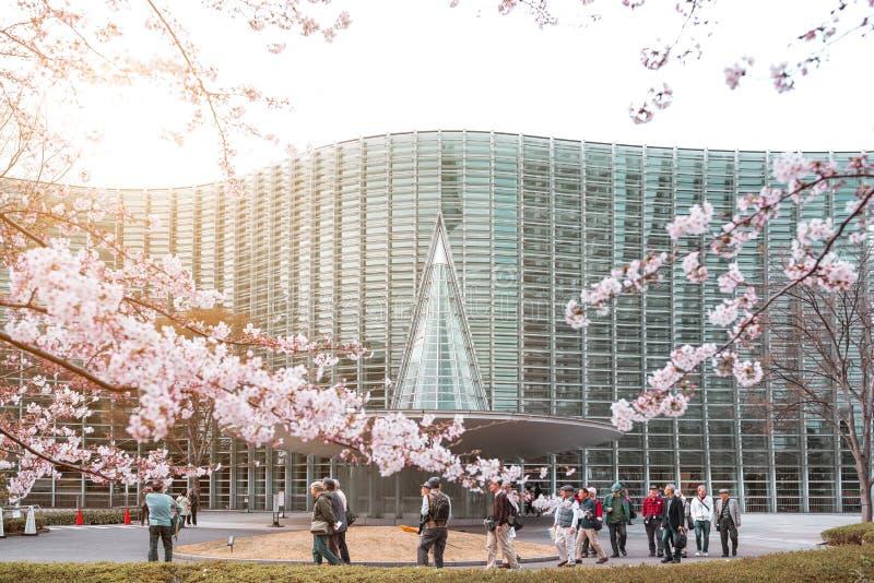 Den nationella Art Center, Tokyo, JAPAN - APRIL 1ST: Oidentifierade turister tycker om blossomsaen för den vårsakura körsbäret royaltyfri fotografi