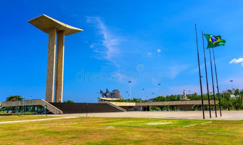 Den nationella monumentet till dödaen av det andra världskriget i Flamengo parkerar med det Sugarloaf berget på bakgrunden arkivfoto