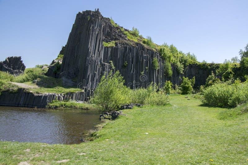 Den nationella naturliga monumentet som namnges den Panska skalaen, den columnar fogade ihop basaltet, vaggar i Kamenicky senovby royaltyfri foto