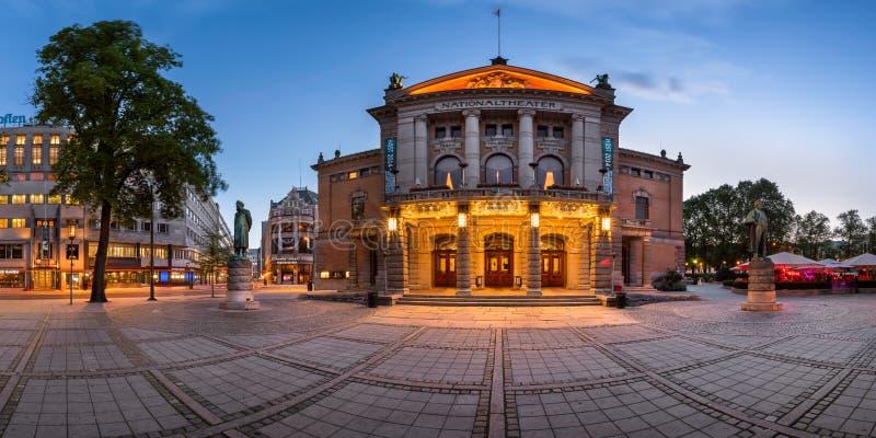 Den nationella teatern i aftonen, Oslo, Norge arkivfoto