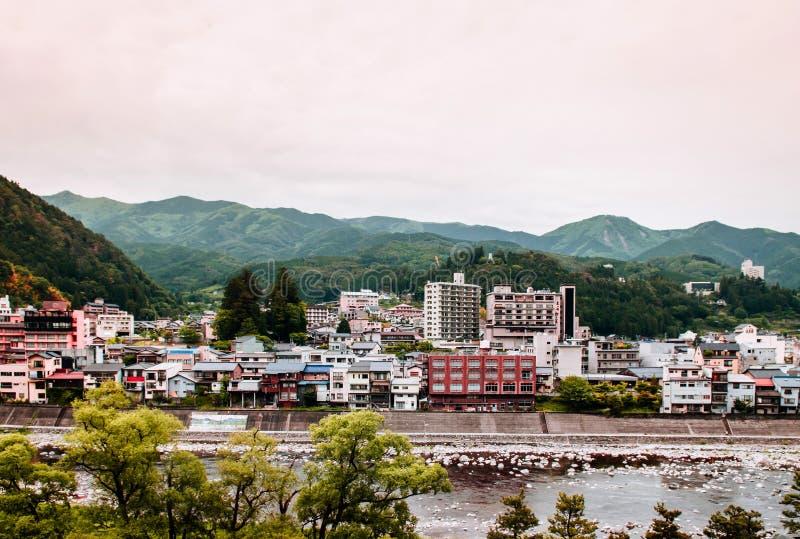Den naturliga floden och berget av Gero onsen semesterortstaden i Gifu, Ja fotografering för bildbyråer