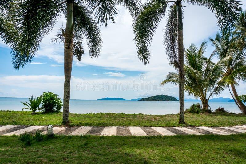 Den naturliga porten till stranden och havet, Mak Island Ko Mak royaltyfria bilder