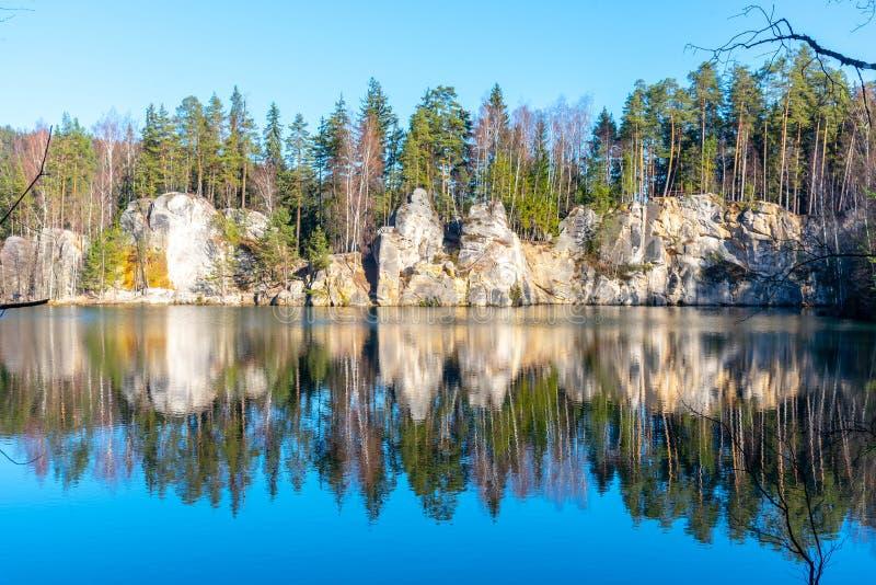 Den naturliga sjön i Adrspach vaggar på solig höstdag Adrspach-Teplice sandsten vaggar staden, Tjeckien royaltyfri foto