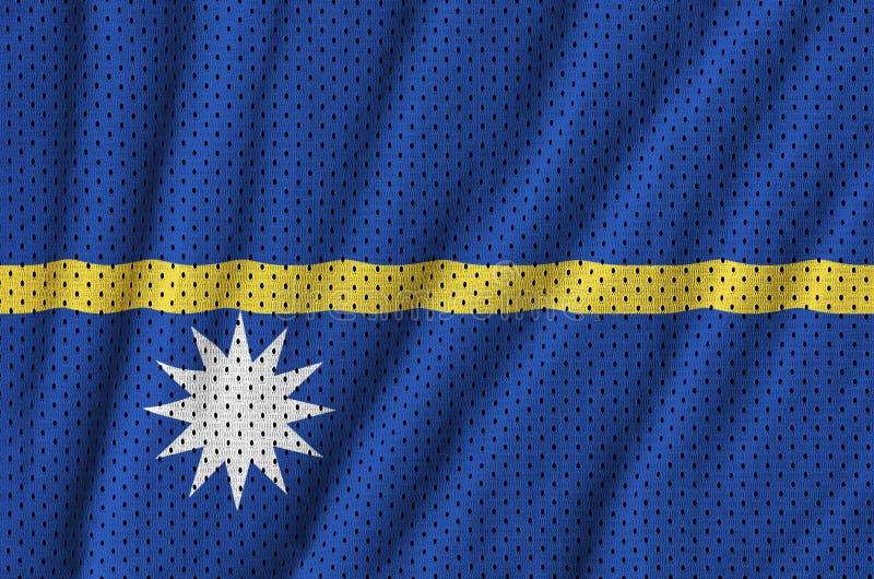 Den Nauru flaggan skrivev ut på ett tyg för ingrepp för polyesternylonsportswear w arkivfoton