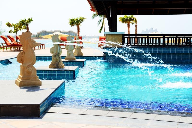 Den near stranden för simbassäng i thailändskt stilhotell på Palm Jumeira arkivfoto