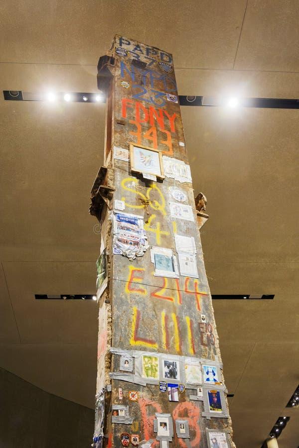 Den nedersta sikten av den sista kolonnen från Groud noll med den New York polisen och brandstationen målade tecknet arkivbild