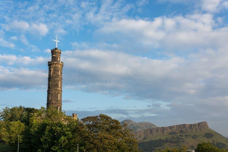 Den Nelson monumentet på den Calton kullen i Edinburg med det Arthurs havet royaltyfria bilder