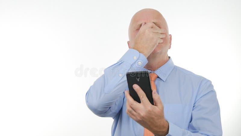 Den nervösa affärsmannen gör nervösa gester som läser dåliga nyheter på mobil royaltyfri bild