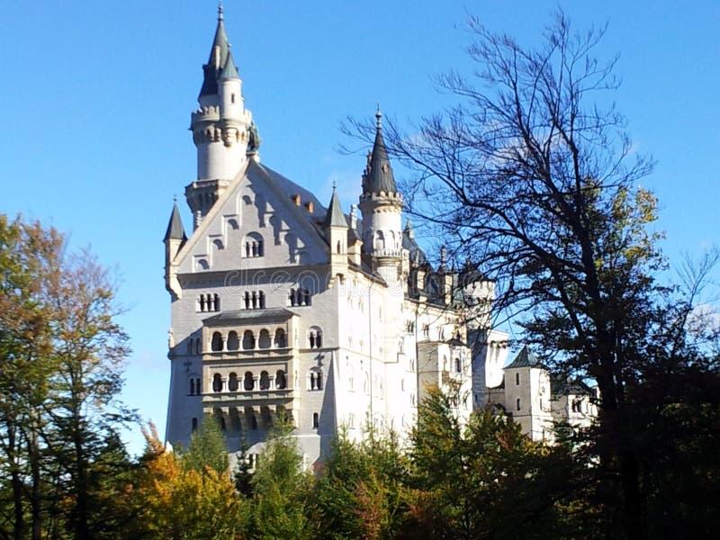 Den Neuschwanstein slotten är storartad och majestätisk royaltyfri bild