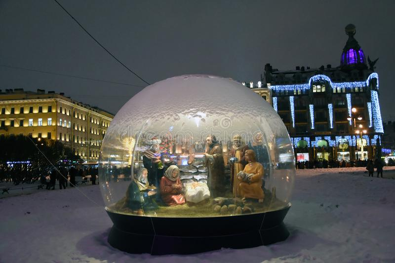 Den Nevsky utsikten i St Petersburg dekorerade f?r jul fotografering för bildbyråer
