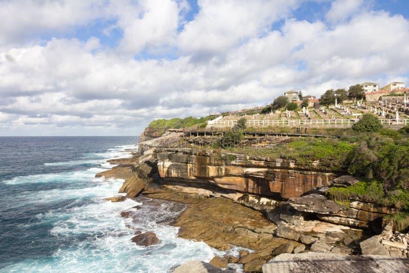 Den New South Wales kustlinjen med den Waverley kyrkogården på klippan, Bronte, Sydney, Australien royaltyfri fotografi
