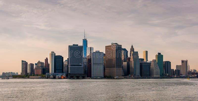 Den New York horisonten på solnedgången arkivbilder
