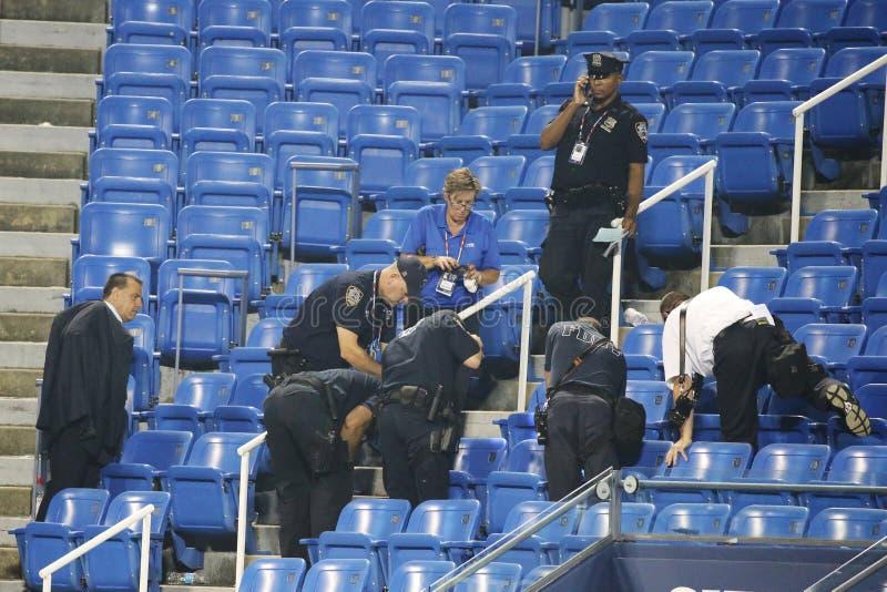 Den New York polisen utforskar det infallande gällande surret under match på US Open 2015 royaltyfri fotografi