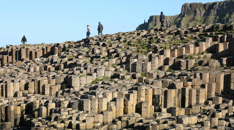 Den nordliga jättevägbanken - Irland sexhörniga stenar arkivbilder