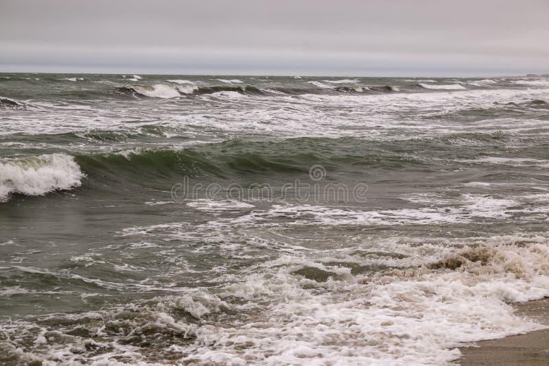 Den nordliga kusten av den Absheron halvön Sikt av Kaspiska havet i Januari royaltyfri bild