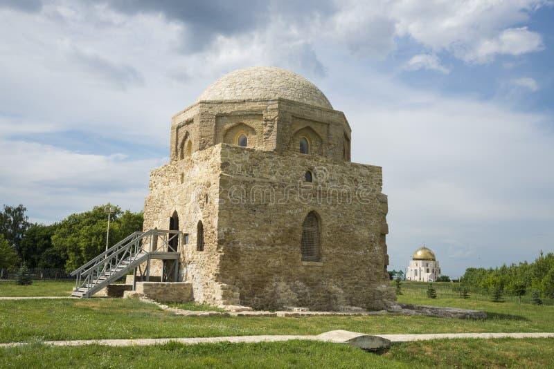 Den nordliga mausoleet i museet i Bolgar i Ryssland i republiken av Tatarstan field treen 7 Juli 2018 royaltyfri bild