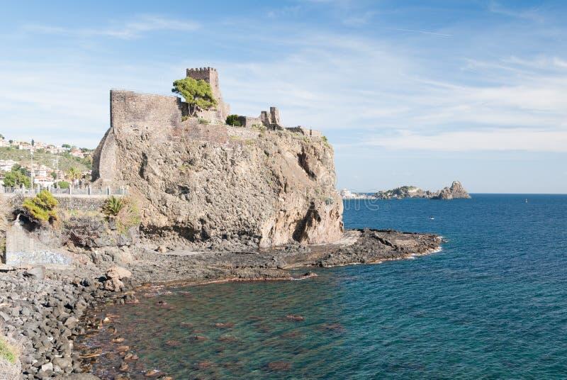 Den norman slotten av Acicastello royaltyfria bilder