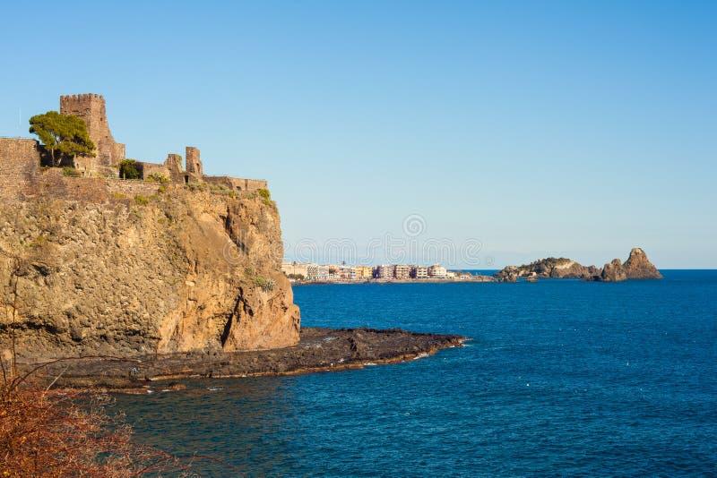 Den norman slotten av Acicastello royaltyfri foto
