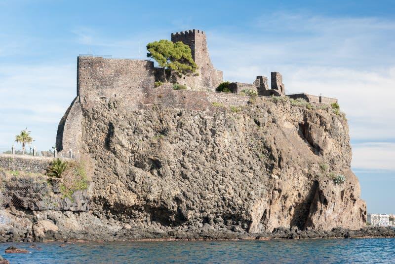 Den norman slotten av Acicastello, i Sicilien royaltyfria bilder