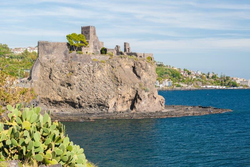Den norman slotten av Acicastello, nära Catania som byggs på en lavaklippa på havet royaltyfri fotografi