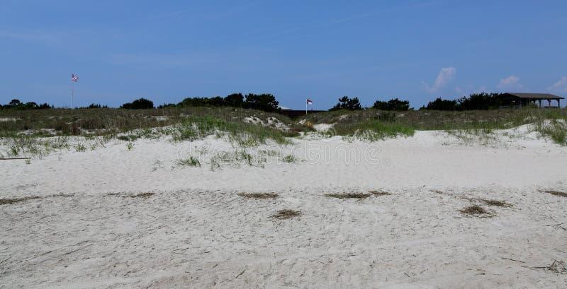 Den North Carolina flaggan flyger över fortet Macon som beskådas från stranden royaltyfria foton