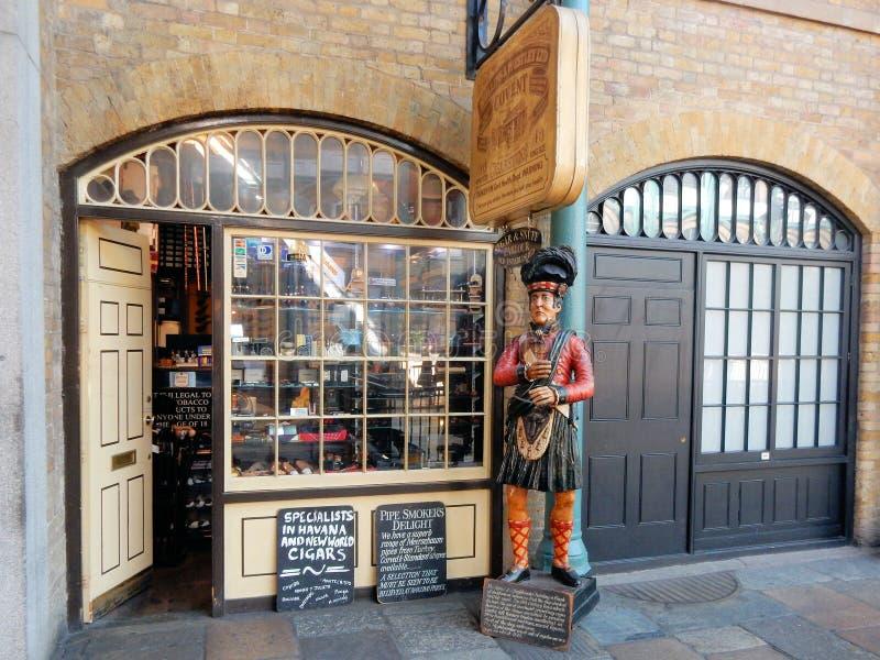 Den nostalgiska cigarren shoppar med shoppar fönstret och bilden, England London arkivfoto