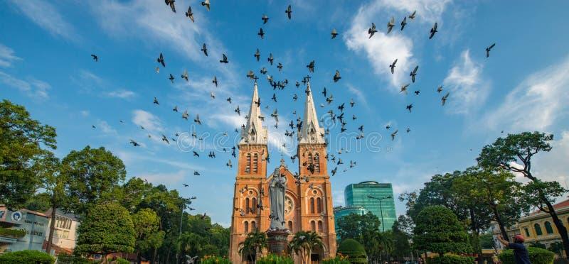 Den Notre-Dame domkyrkabasilikan av Saigon, domkyrkabasilika av vår dam av den obefläckade befruktningen är officiellt ett domkyr royaltyfri foto