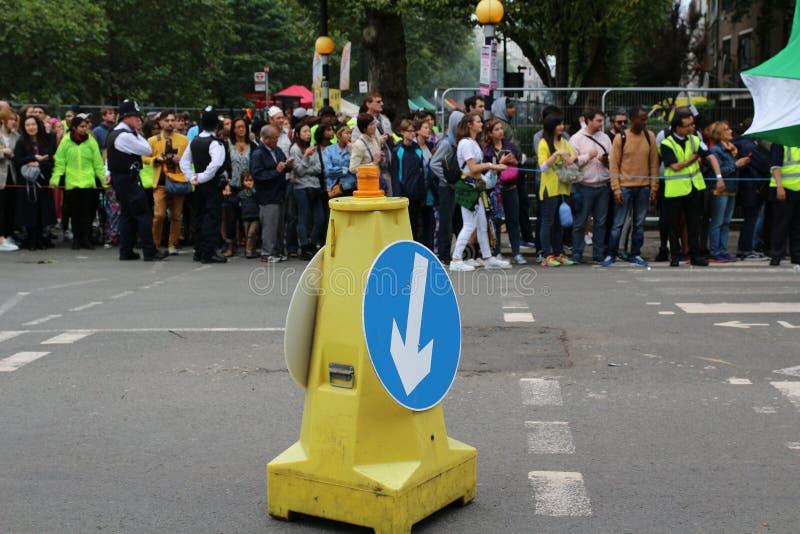 Den Notting Hill karnevalfolkmassan av folk som väntar på, ståtar för att starta arkivbilder