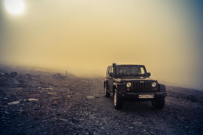 Den Novgorod regionen, Ryssland, Oktober 5, 2016, av-väg jeepexpedition till byarna av den Novgorod regionen, Jeep Wrangler är a arkivbild