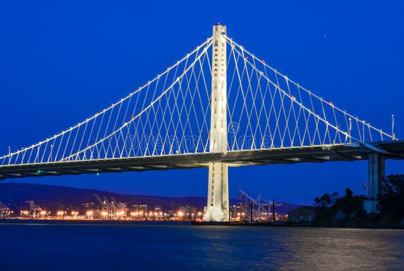Den nya östliga spännvidden av fjärdbron på skymning arkivfoto