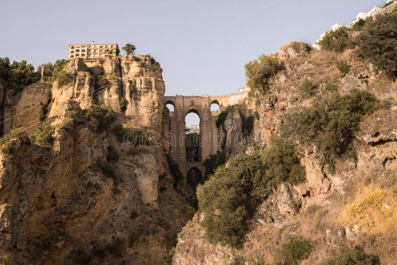 ` Den nya bro`en över floden tajo i Ronda, Malaga, Spanien royaltyfri bild