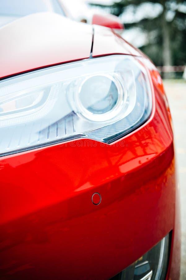 Den nya detaljen för Tesla modell S av bi-xenonen ledde billyktalampor royaltyfria bilder
